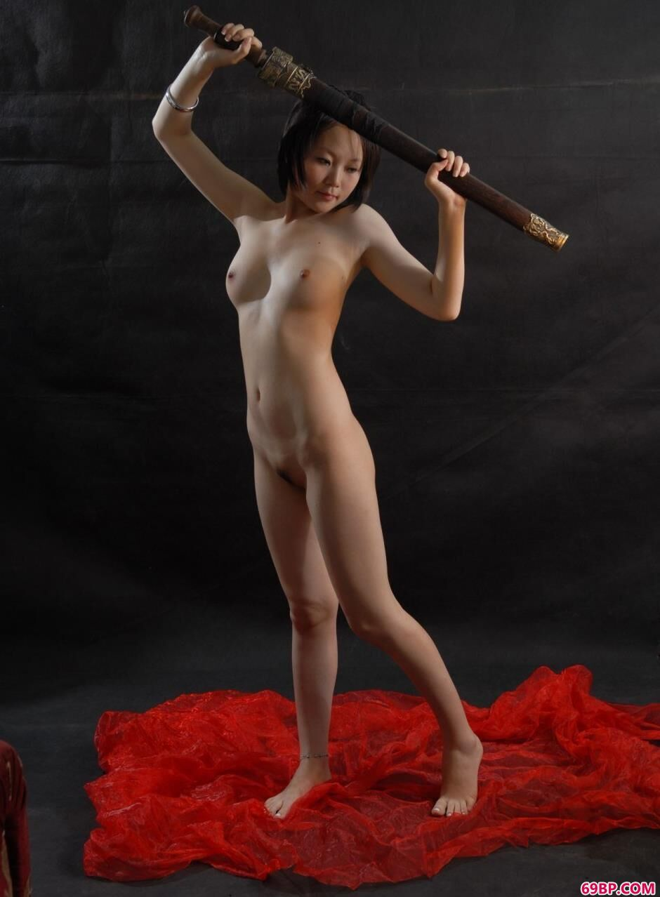 裸模梦梦棚拍表演剑法1