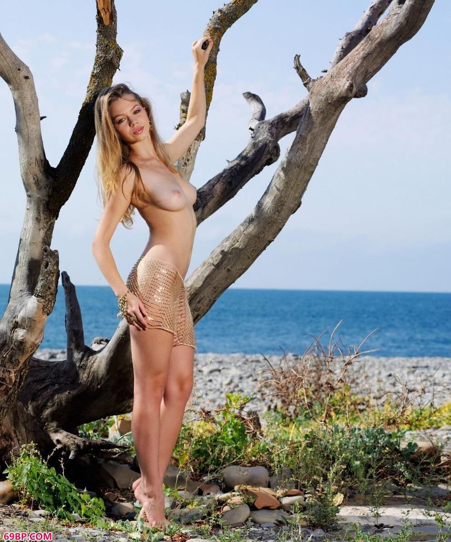 超模Amelia枯树下的妩媚人体_受被双龙3p两个男人同时做