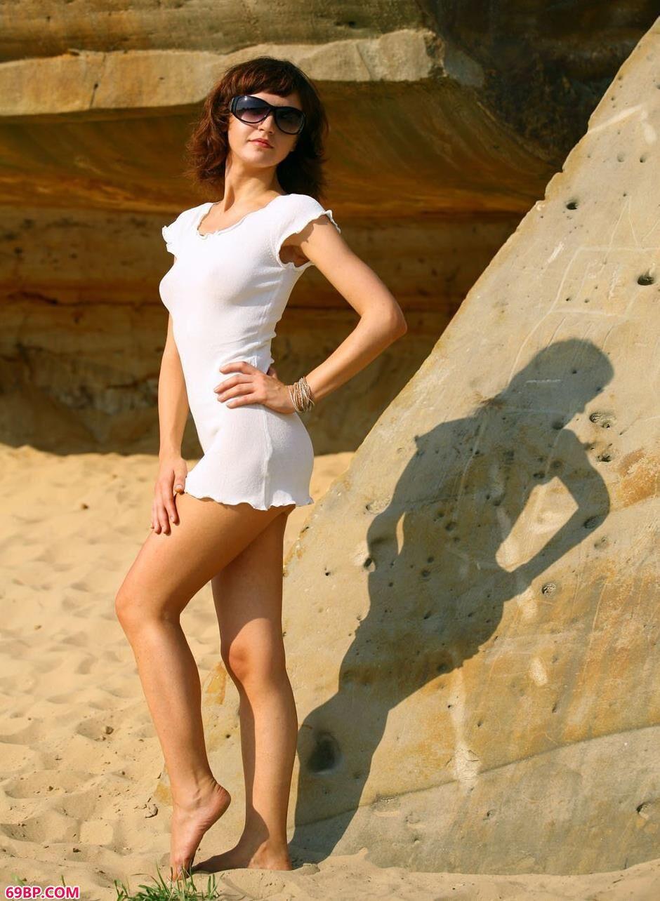 裸模PAULA郊外岩石边的风骚人体_正版大胆西西人体艺术