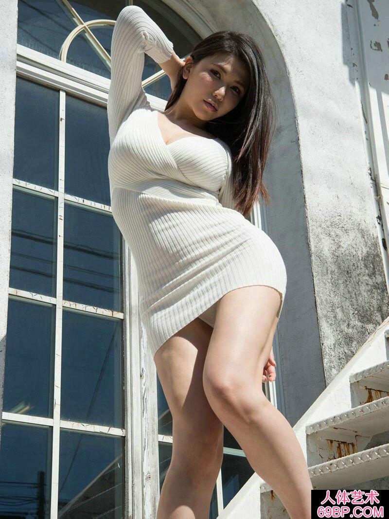 拥有S型身材的�S腴少女JULA大尺度写照